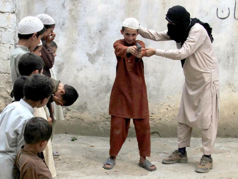 IS trainiert Kinder an Waffen - Foto: Ghulamullah Habibi
