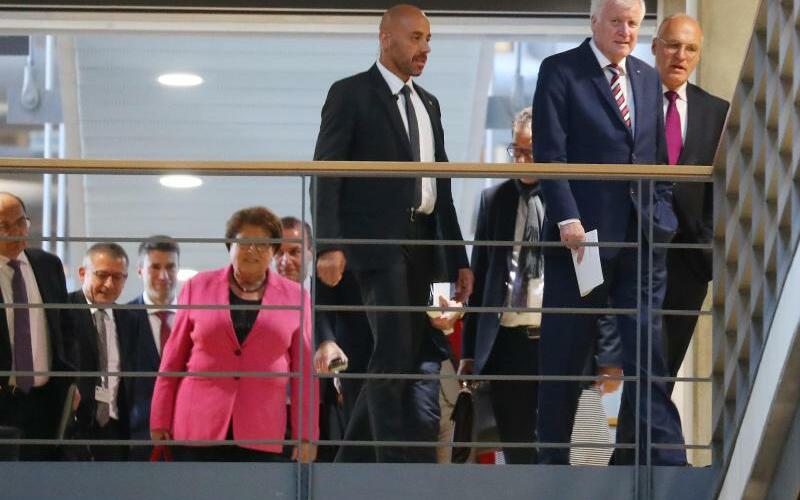 Sondierungsgespräche - Foto: CSU-Chef Horst Seehofer (2. v.r) kommt mit seiner Delegation zu den Sondierungsgesprächen zwischen CDU/CSU, FDP und Grünen. Foto:Kay Nietfeld