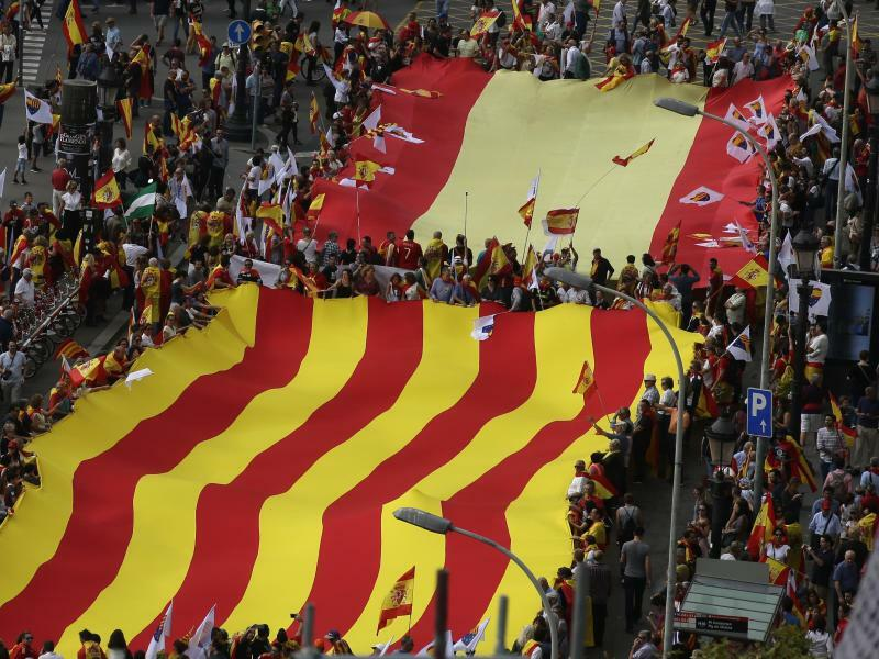 Vereinte Flaggen - Foto: Hier sind sie vereint:Demonstration mit spanischer und katalanischer Flagge. Foto:Manu Fernandez