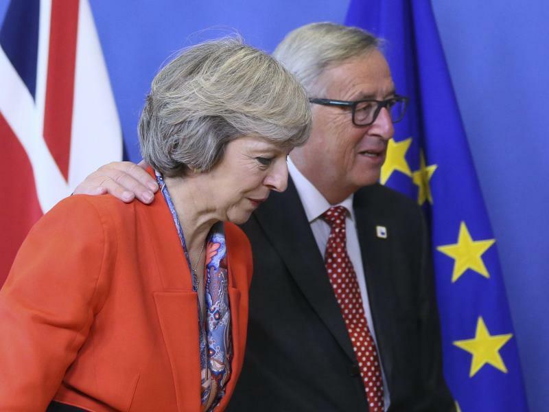 Juncker und May - Foto: Olivier Hoslet