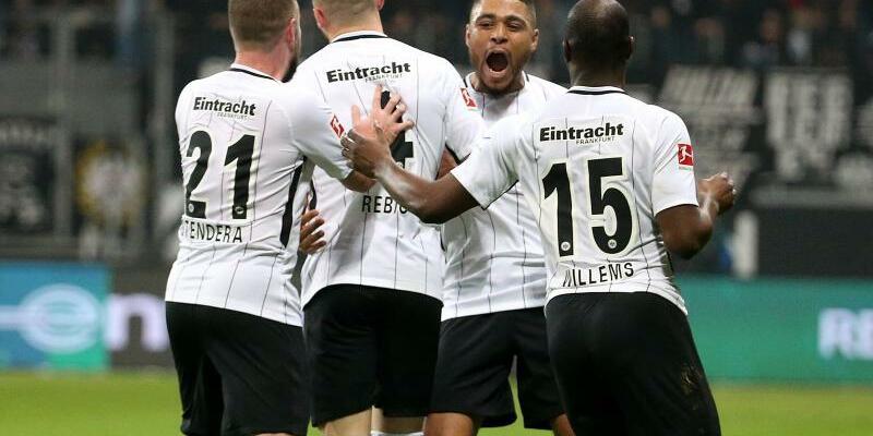 Torjubel - Foto: Die Frankfurter feiern den Treffer von Ante Rebic. Foto:Hasan Bratic