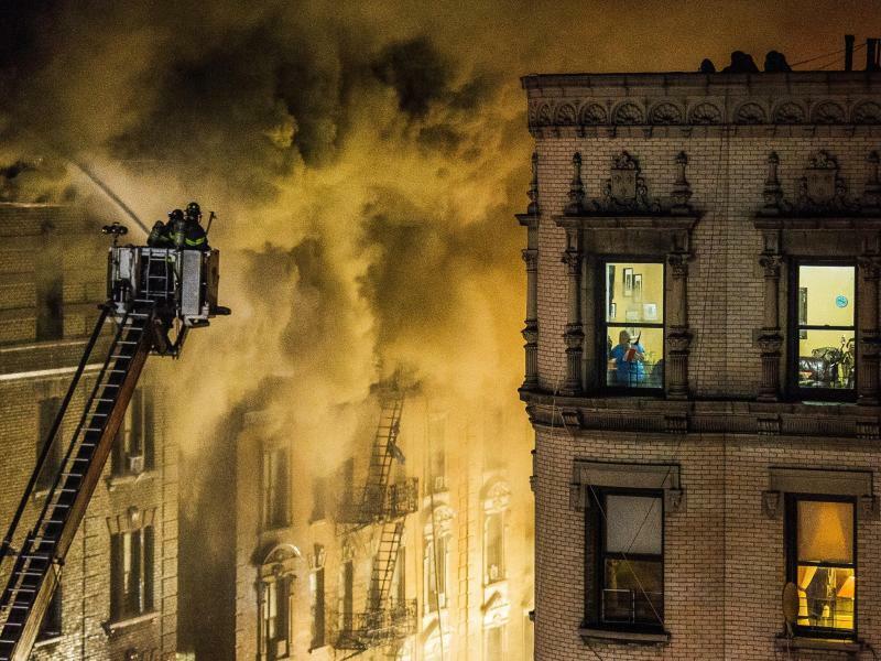 Nah am Feuer - Foto: Andres Kudacki