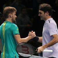 Goffin und Federer - Foto: Roger Federer (r) beglückwünscht David Goffin zu dessen Sieg im Halbfinale der Tennis-WM. Foto:Adam Davy