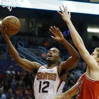 Phoenix Suns - Chicago Bulls - Foto: Lauri Markkanen (r) vonden Chicago Bulls verteidigt am Korb gegen Suns-Spieler TJ Warren. Foto:Ross D. Franklin