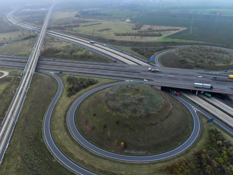 ICE-Neubaustrecke bei Erfurt - Foto: Die ICE-Neubaustrecke (l.) und die Autobahnen A71 und A4 bei Erfurt:Die deutsche Wirtschaft erwartet Weichenstellungen bei der Infrastruktur. Foto:Martin Schutt