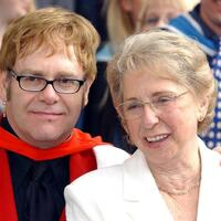 Elton John und Mutter Sheila - Foto: Andy Butterton