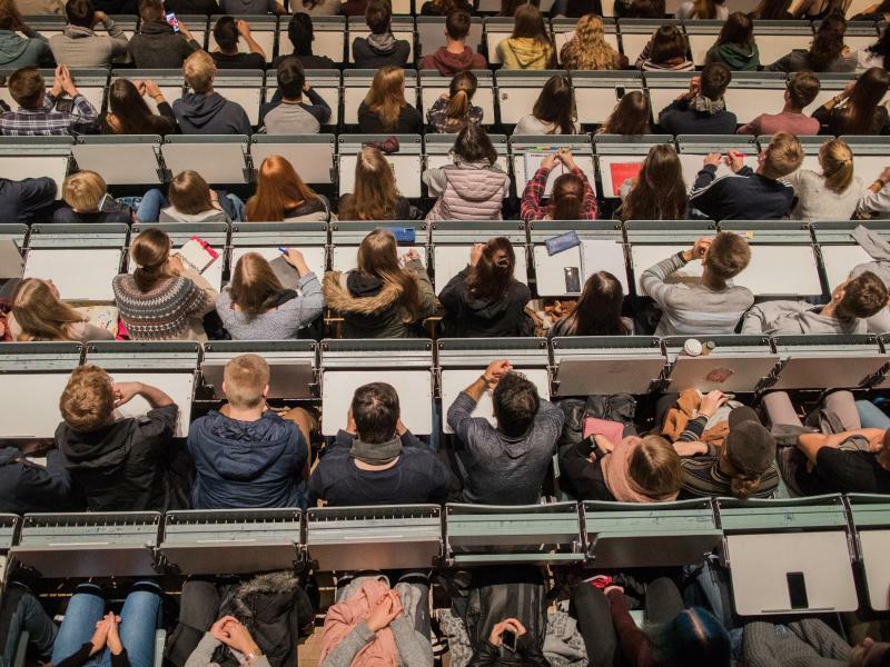 Studierende im Hörsaal - Foto: Rolf Vennenbernd/Symbolbild