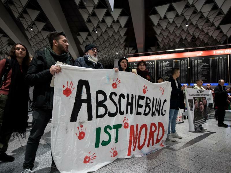Demonstration gegen Abschiebeflug - Foto: Ein weiteres Flugzeug mit abgeschobenen Flüchtlingen aus Deutschland ist nach Afghanistan geflogen. Foto:Fabian Sommer