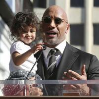 Dwayne Johnson - Foto: Die Familie sei ihm das Wichtigste, meint Dwayne Johnson, der mit Töchterchen Jasmine auf dem Arm seine Dankesrede hält. Foto:Willy Sanjuan/Invision