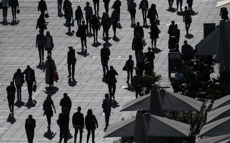 Silhouetten auf Einkaufsstraße - Foto: Marijan Murat