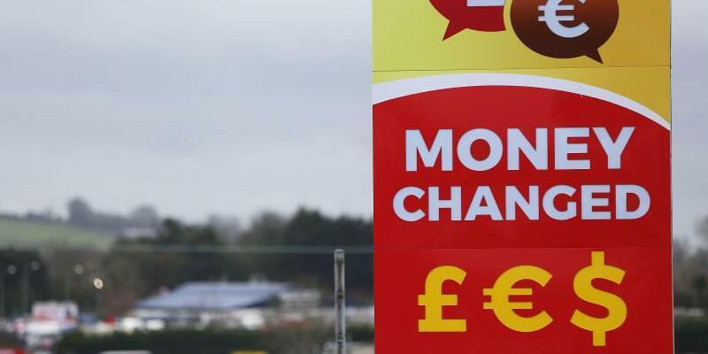 Brexit - Foto: Werbetafel einer Wechselstube zum Tausch von Pfund und Euro an der Grenze zwischen der Republik Irland und der britischen Region Nordirland. Foto:Brian Lawless