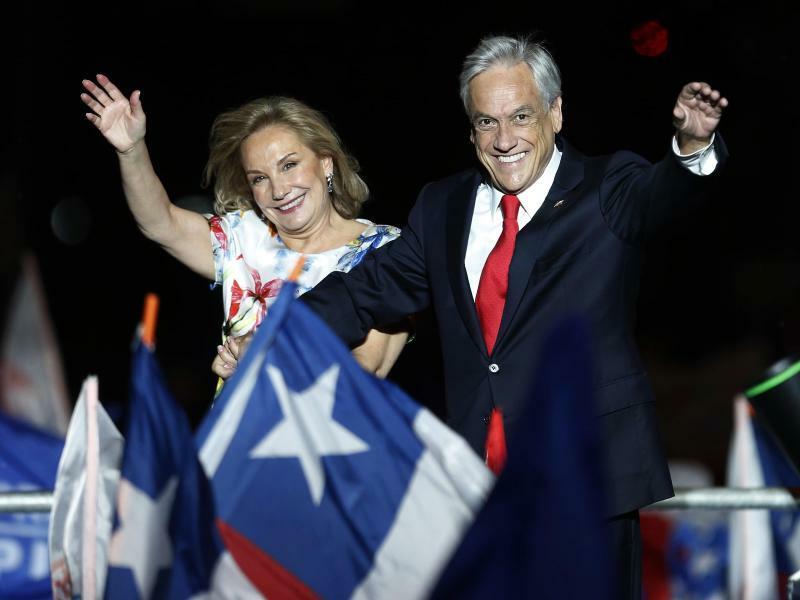 Jubel - Foto: Sebastián Piñera und seine Frau Cecilia Morel jubeln nach Bekanntgabe des Ergebnisses. Foto:Luis Hidalgo
