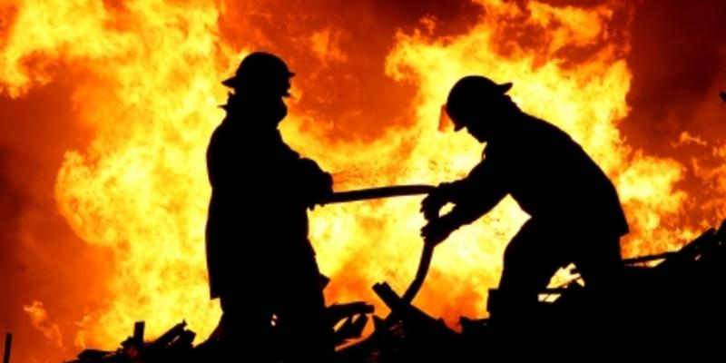 Feuerwehrmänner vor einem Brandherd - Foto: iStockphoto.com / FourOaks