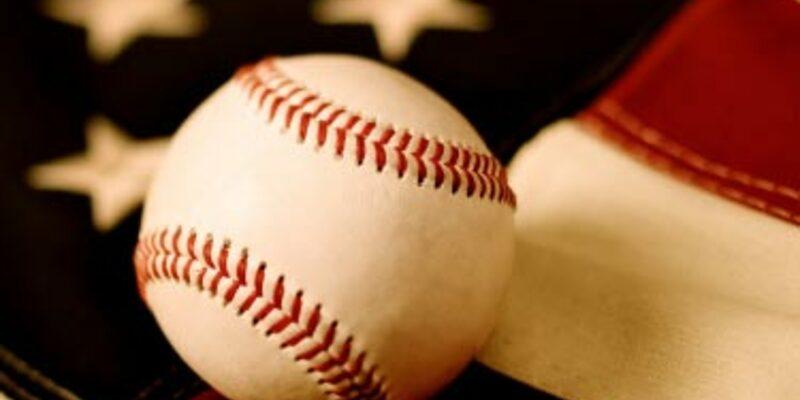 Baseball auf USA Flagge - Foto: iStockphoto.com / RichVintage