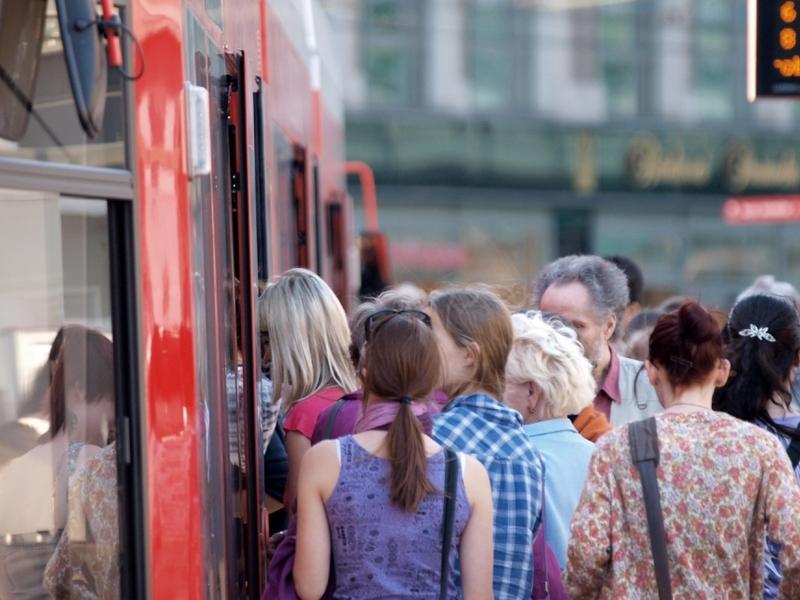 Fahrgäste in einer Straßenbahn - Foto: über dts Nachrichtenagentur