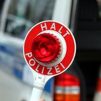 Halt-Stopp-Schild der Polizei bei einer Verkehrskontrolle - Foto: über dts Nachrichtenagentur