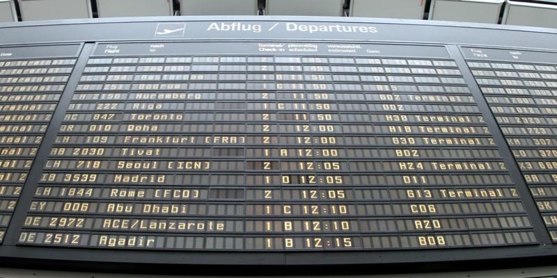 Ankunfts- und Abflugstafel an einem Flughafen - Foto: über dts Nachrichtenagentur