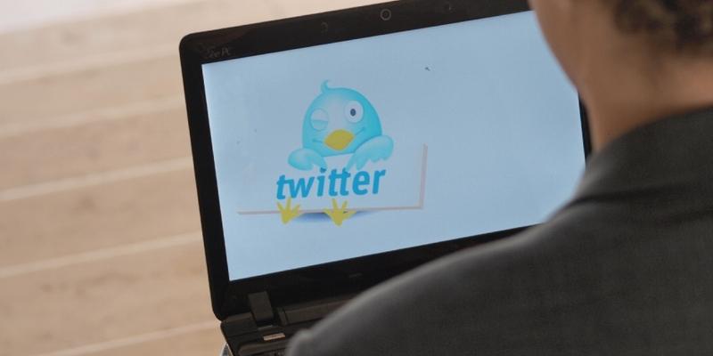 Twitter-Nutzer an einem Computer - Foto: über dts Nachrichtenagentur