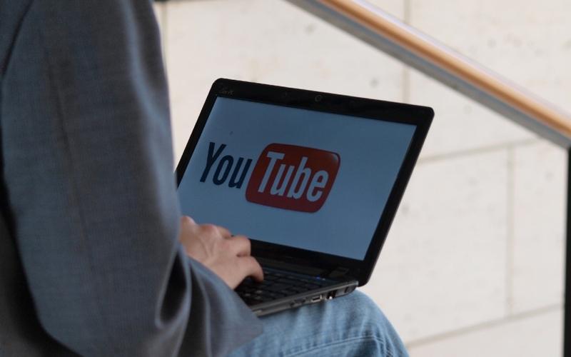 Youtube-Nutzer am Computer - Foto: über dts Nachrichtenagentur