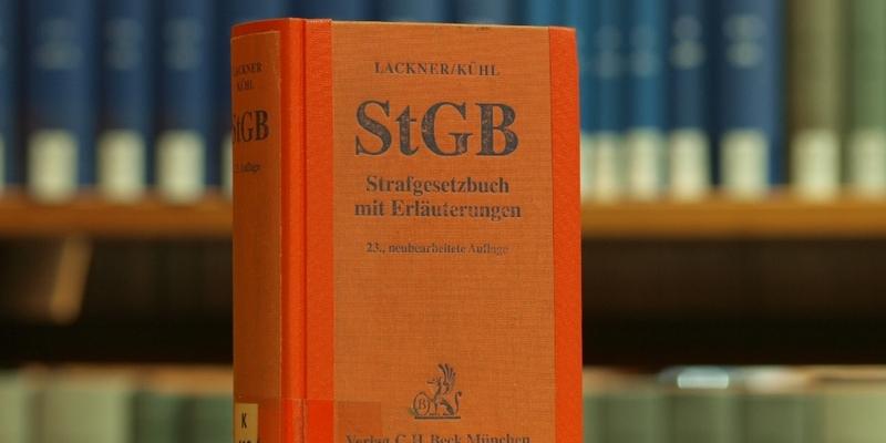 Das Strafgesetzbuch in einer Bibliothek - Foto: über dts Nachrichtenagentur