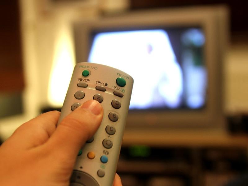 Fernsehzuschauer mit einer Fernbedienung - Foto: über dts Nachrichtenagentur