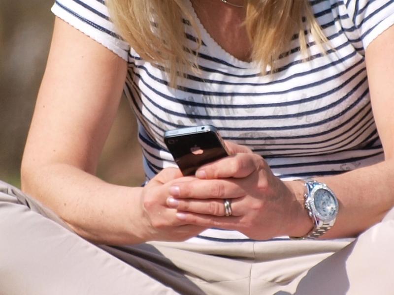 Smartphone-Nutzerin - Foto: über dts Nachrichtenagentur