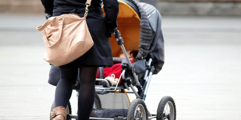 Mutter mit Kleinkind und Kinderwagen - Foto: über dts Nachrichtenagentur