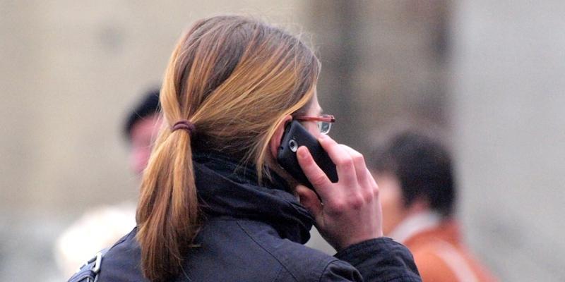 Frau mit Telefon - Foto: über dts Nachrichtenagentur