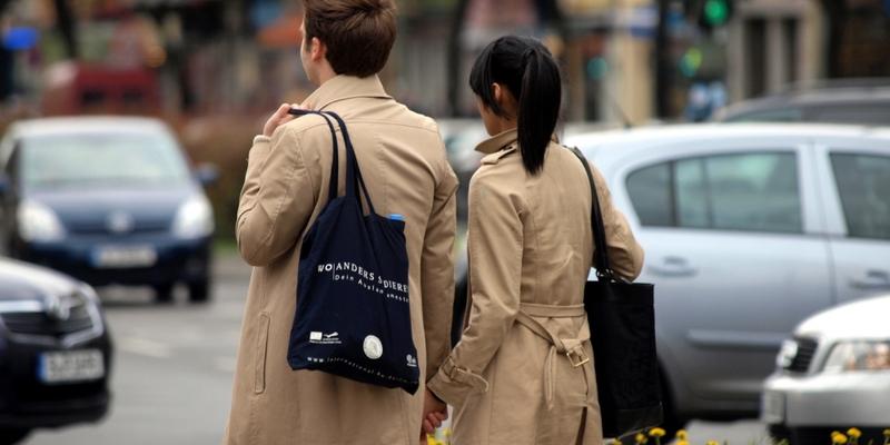 Junges Pärchen mit Einkaufstaschen - Foto: über dts Nachrichtenagentur