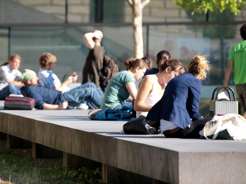 Junge Leute vor einer Universität - Foto: über dts Nachrichtenagentur