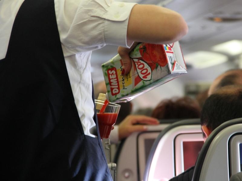 Flugbegleiterin im Flugzeug - Foto: über dts Nachrichtenagentur