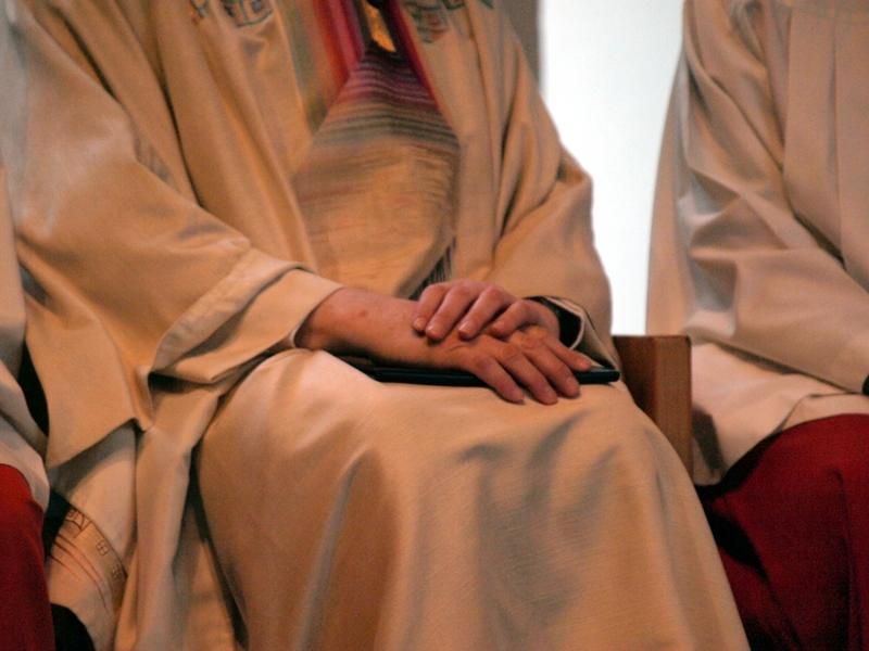 Katholischer Pfarrer bei einer Messe zwischen Ministranten - Foto: über dts Nachrichtenagentur