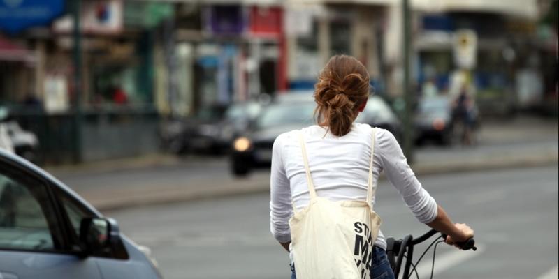 Junge Frau auf Fahrrad im Straßenverkehr - Foto: über dts Nachrichtenagentur