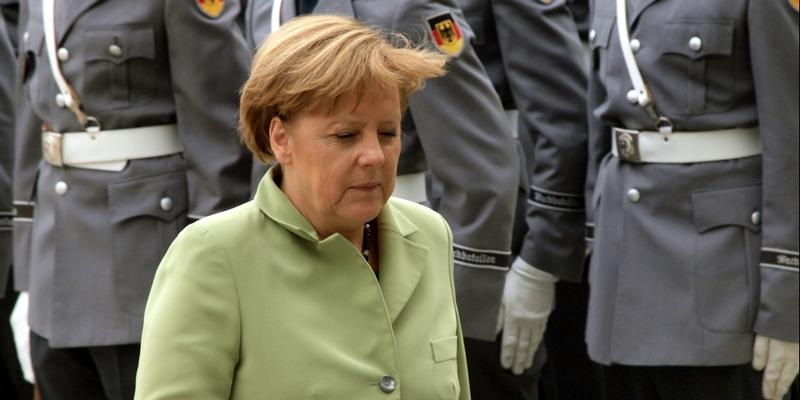 Angela Merkel vor Bundeswehr-Soldaten - Foto: über dts Nachrichtenagentur