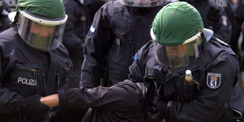Polizisten führen eine Festnahme durch - Foto: über dts Nachrichtenagentur