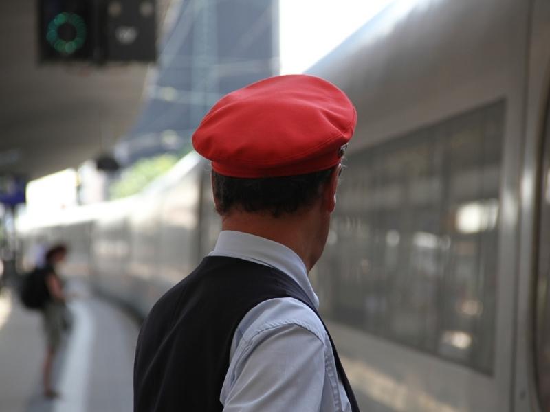 Zugschaffner am Bahnsteig - Foto: über dts Nachrichtenagentur