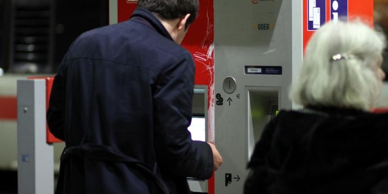 Reisender an einem Fahrkartenautomaten der Bahn - Foto: über dts Nachrichtenagentur