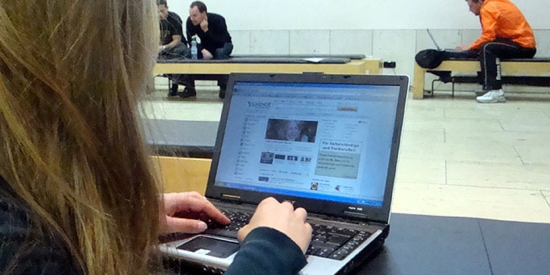 Internet-Nutzerin vor dem Computer - Foto: über dts Nachrichtenagentur