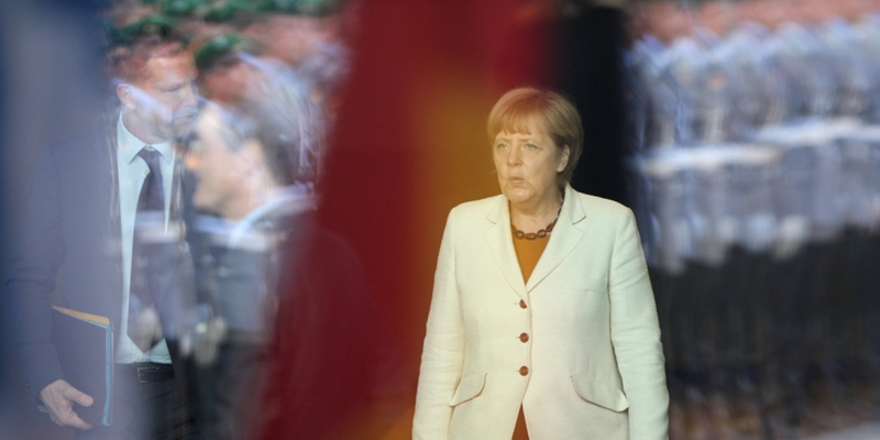 Angela Merkel hinter einer Glasscheibe im Spiegel von Bundeswehrsoldaten - Foto: über dts Nachrichtenagentur