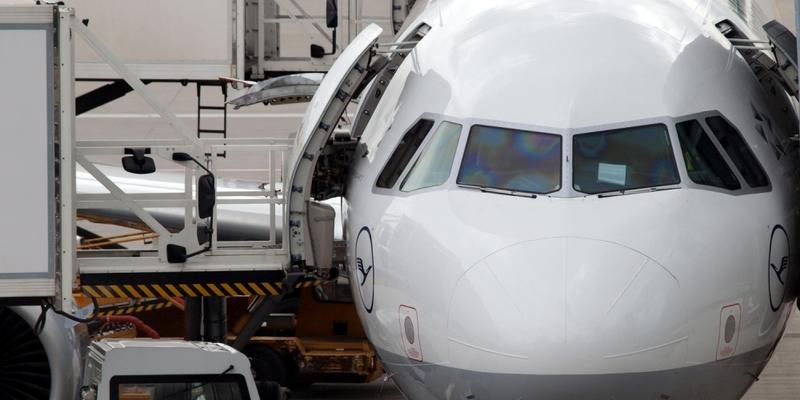 Lufthansa-Maschine wird am Flughafen beladen - Foto: über dts Nachrichtenagentur