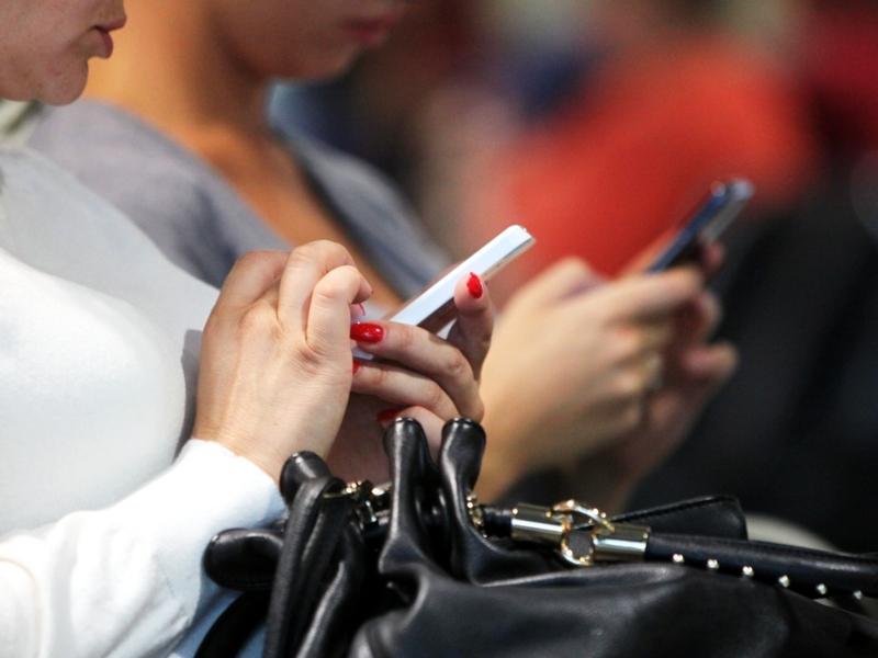 Smartphone-Nutzerinnen - Foto: über dts Nachrichtenagentur