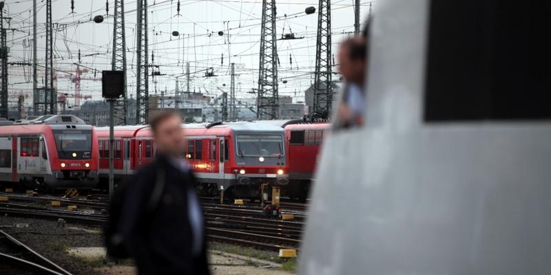 Lokführer unterhalten sich am Gleis - Foto: über dts Nachrichtenagentur