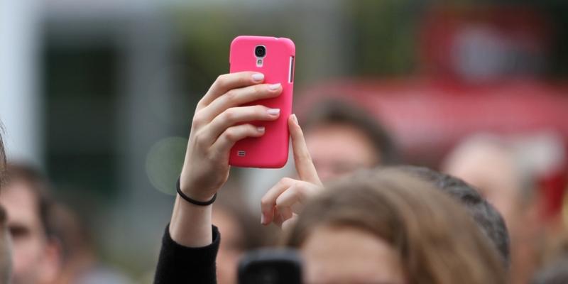 Frau mit Smartphone - Foto: über dts Nachrichtenagentur