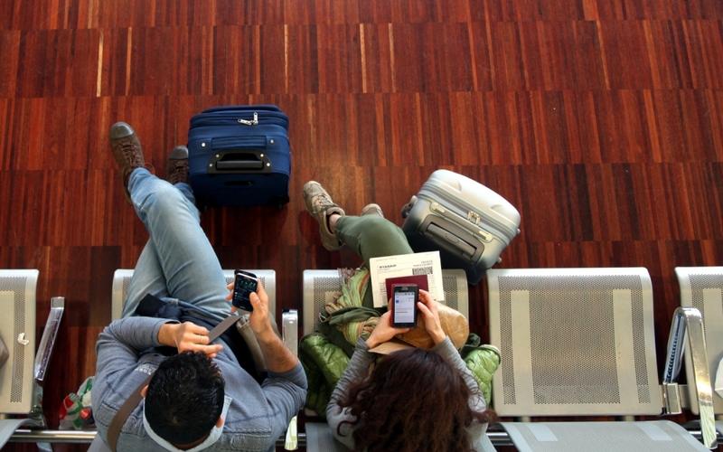 Ein Pärchen wartet am Flughafen - Foto: über dts Nachrichtenagentur