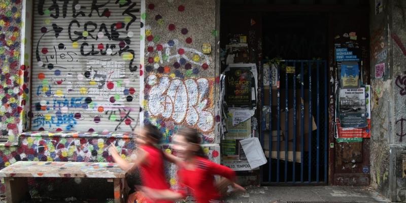 Kinder vor einem unsanierten Haus in Berlin-Neukölln - Foto: über dts Nachrichtenagentur