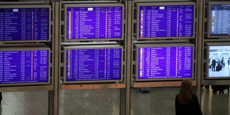 Frau vor Informationstafel am Frankfurter Flughafen - Foto: über dts Nachrichtenagentur