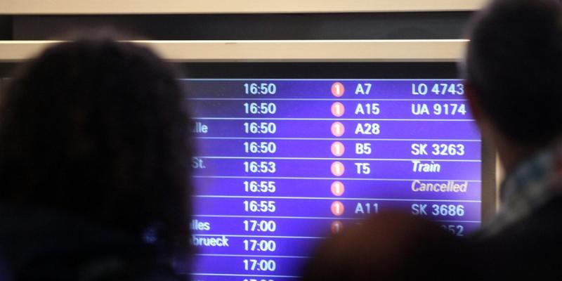 Passagiere vor Informationstafel am Frankfurter Flughafen - Foto: über dts Nachrichtenagentur
