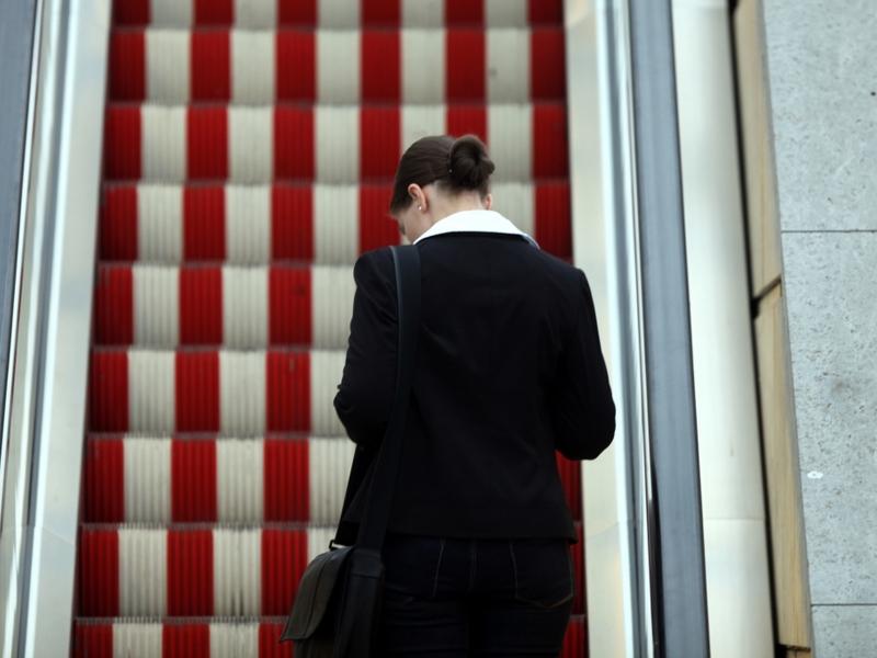 Frau auf einer Rolltreppe - Foto: über dts Nachrichtenagentur
