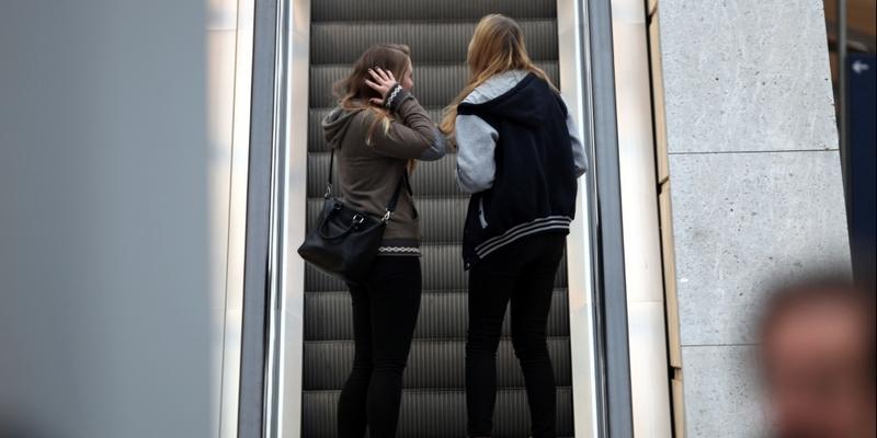 Junge Mädchen auf einer Rolltreppe - Foto: über dts Nachrichtenagentur