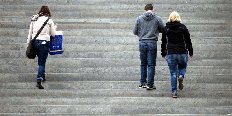 Drei Personen gehen eine Treppe hinauf - Foto: über dts Nachrichtenagentur
